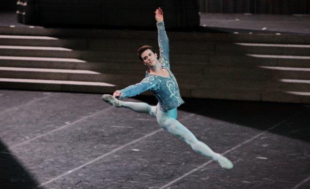 Coviello interpreta Sigfried in Lago dei Cigni – Ph. Brescia e Amisano