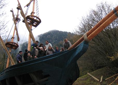 Il gruppo di scenografi diretto da Marta Maffucci, la quarta da destra, che hanno ricostruito in Trentino  il veliero per il film