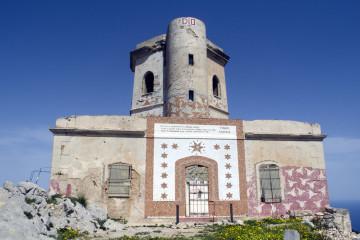 Prospetto dell'edificio in cui vive Isravele l'eremita di Capo Gallo. Foto di Giuseppe Puleo.