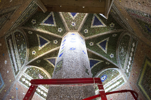 Decorazioni presenti sul soffitto dell'edificio. Foto di Giuseppe Puleo.