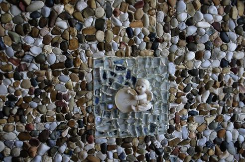 Particolare di una delle decorazioni, realizzate con ciottoli di mare. Foto di Giuseppe Puleo.