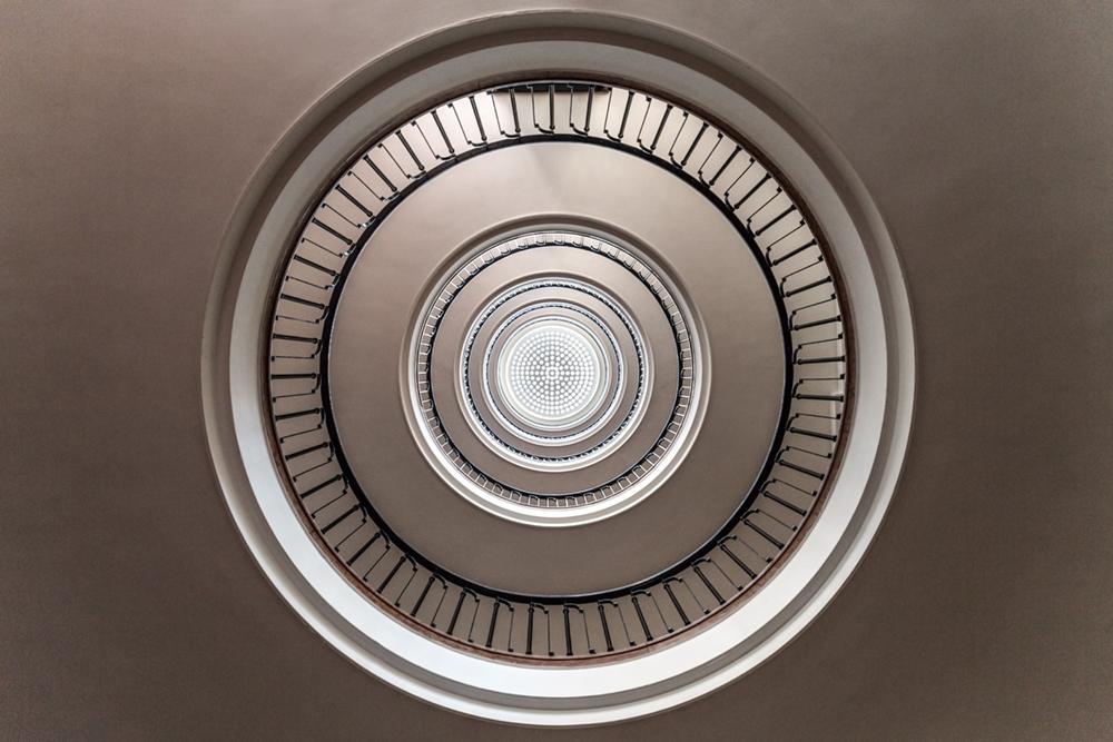 Prospettiva dal basso verso l'alto in un edificio residenziale e commerciale realizzato da Hültl Dezső and Ferenc Kardos nel 1939 a Budapest, in Ungheria. Foto © Roberto Conte