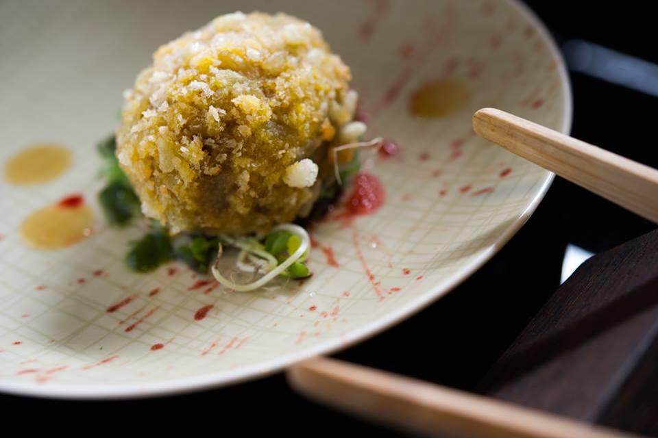Yugo, Uovo croccante con spinaci rossi, salsa al sesamo ed alghe