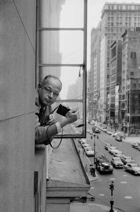 Renè Burri fotografato da Cartier-Bresson negli uffici della Magnum