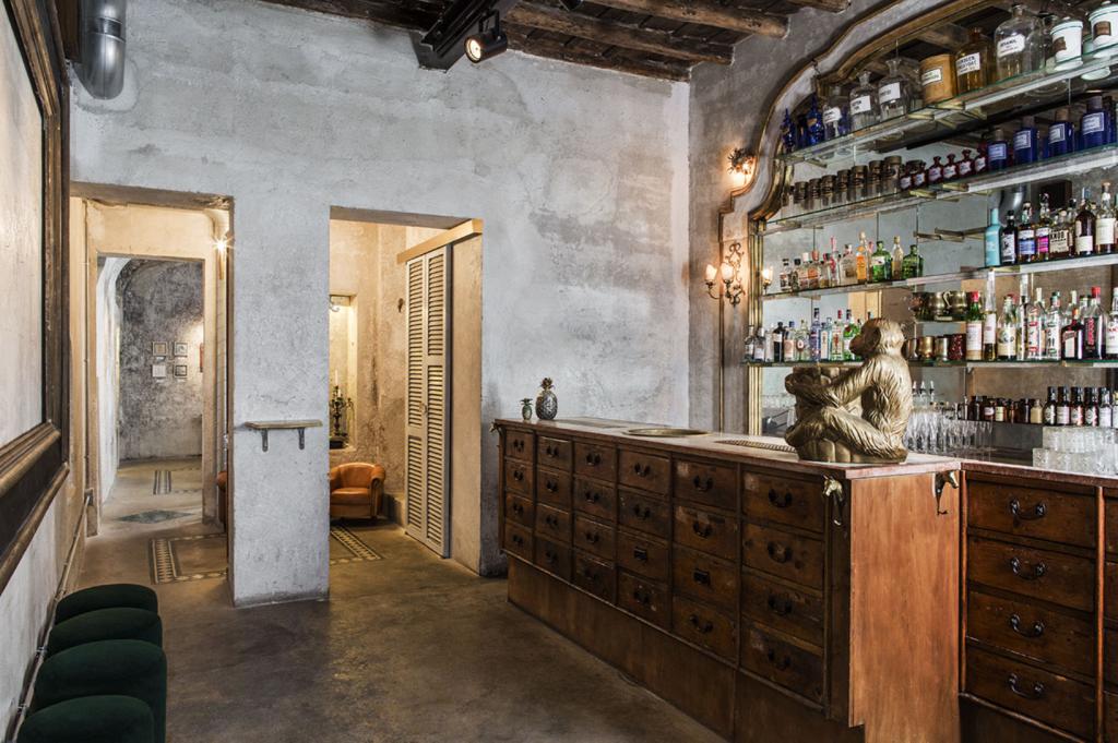 La Sacripante Gallery, con l'elegante bancone del bar.