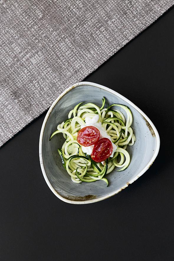 Spaghetti di zucchine, pomodoro confit, limone per gli antipasti o un aperitivo