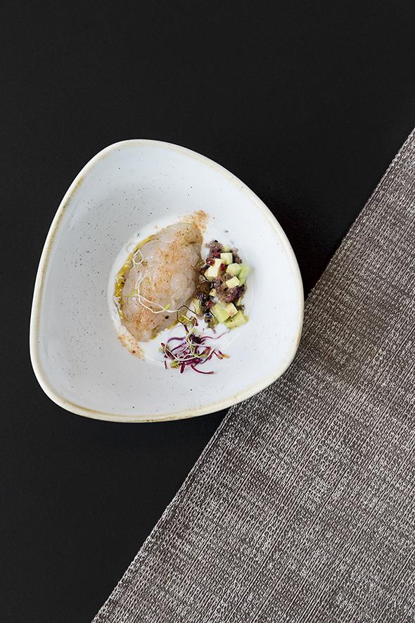 Tartare di gambero di Mazara del Vallo, con avocado e chips di cipolla essiccata su una salsa allo yogurt, lime e pepe rosa