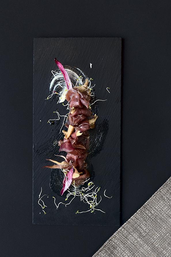 Manzo Thai con funghi cardoncelli e scalogno croccante