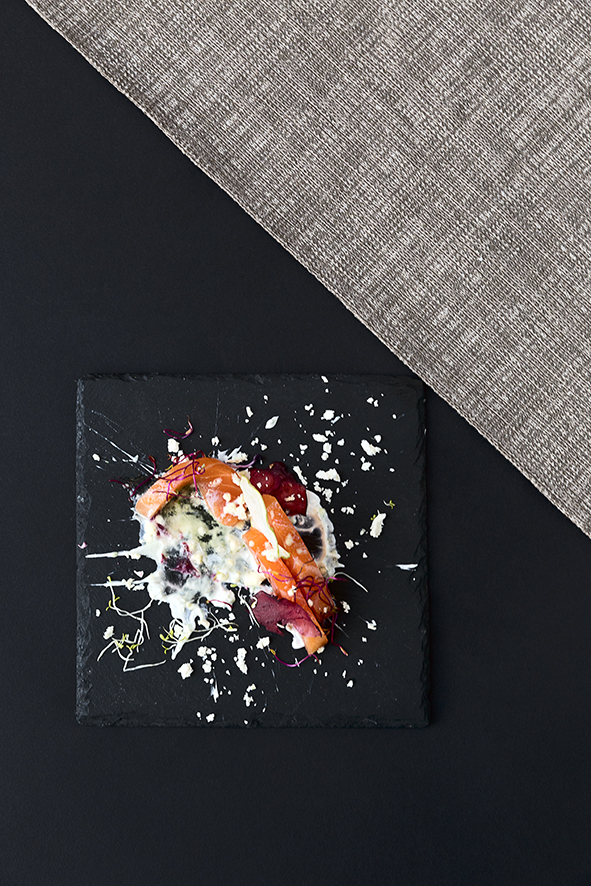 Salmone sashimi, panna acida alle erbe, mela in tre versioni per i crudi di pesce