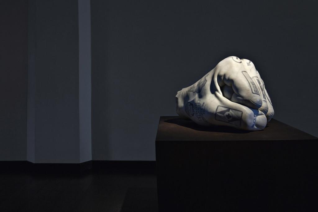 Fabio viale, Pugno, 2015, marmo, courtesy galleria Poggiali e Forconi