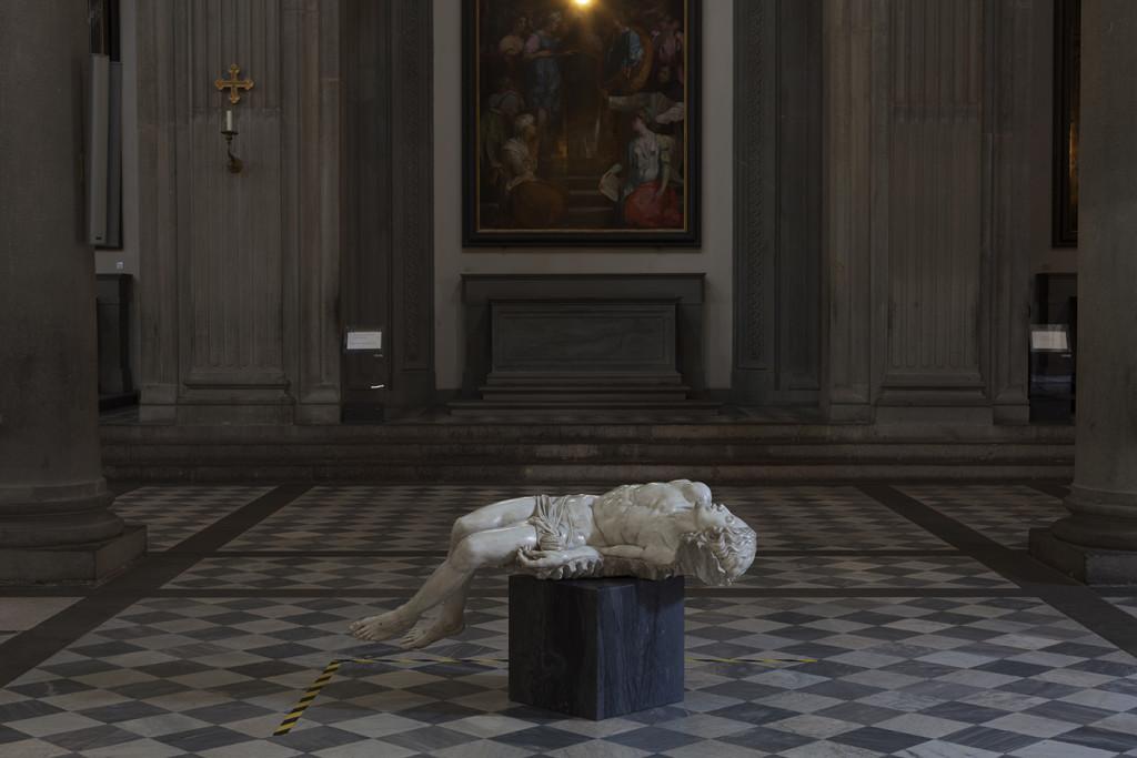 Fabio Viale, Souvenir Pietà, 2006 – 2016, veduta della mostra Basilica San Lorenzo, Firenze courtesy Fabio Viale