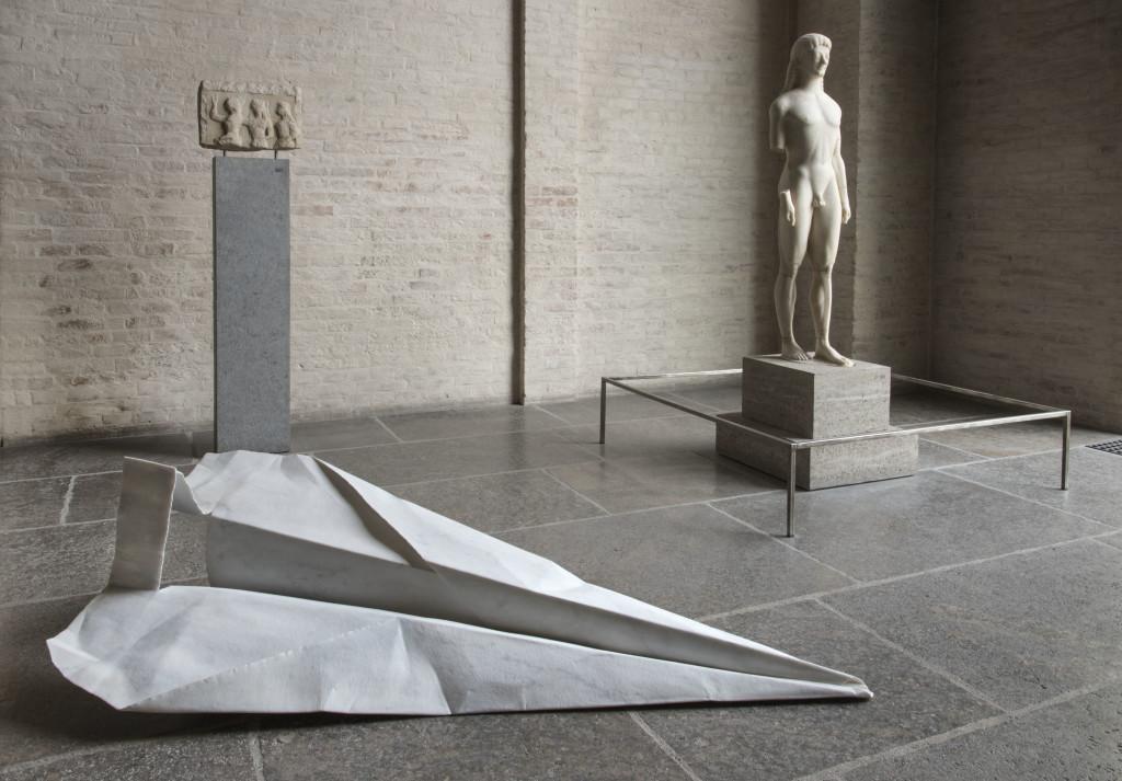 Fabio Viale, Aereo, 2018, marmo bianco, cm 75 x 200 x 95, Glyptothek, Munich, courtesy Fabio Viale
