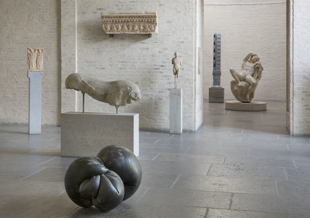 Fabio Viale, Orbitale, 2018, marmo nero, cm 63 x 90 x 67, Glyptothek, Munich, courtesy Fabio Viale