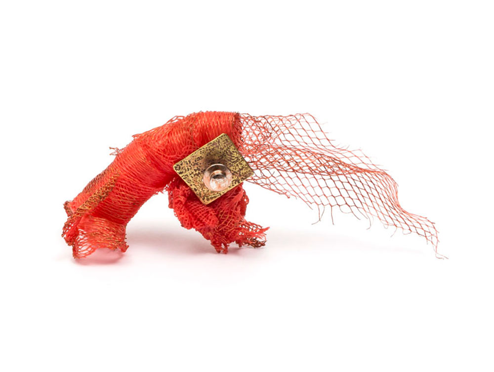 Irene Palomar, Brooch: Untitled, 2018, Bronze, recycled plastic net. 10 x 7 x 3 cm, Photo by: Damián Wasser, From series: Maridajes Eclécticos, Technique: Construction, thermoformed, acrylic paint.