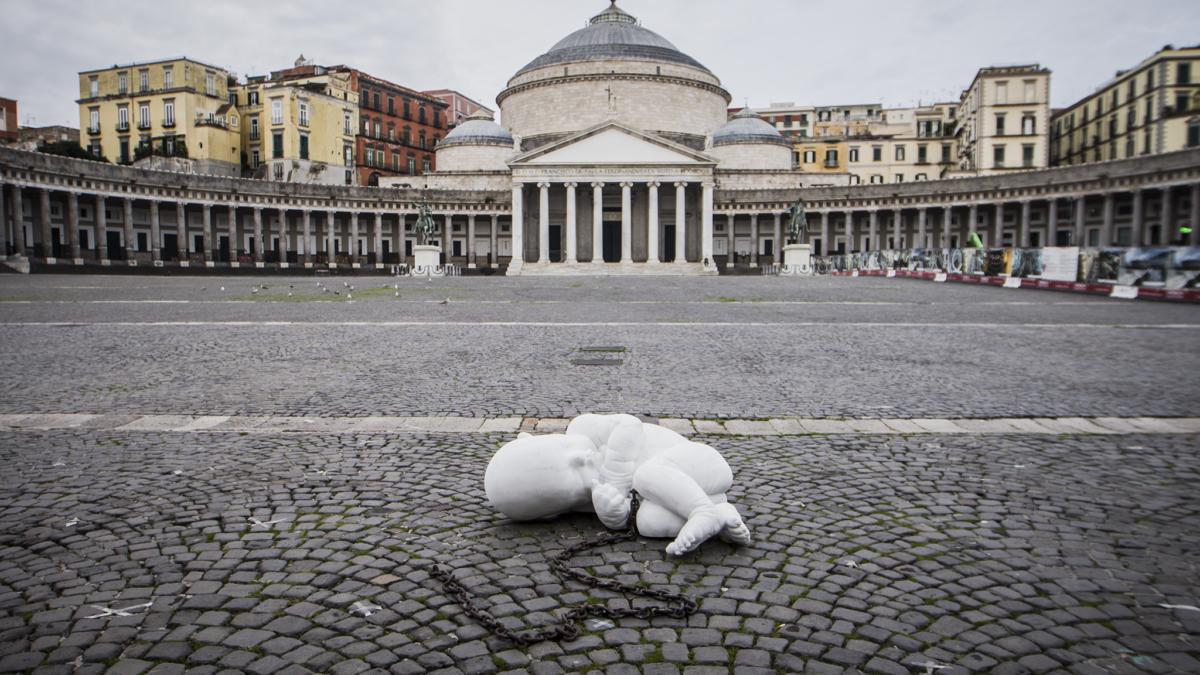 Look down, guardare in basso: la nuova opera di Jago a Napoli