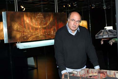 Dante Ferretti davanti al plastico progettuale di Gangs of New York