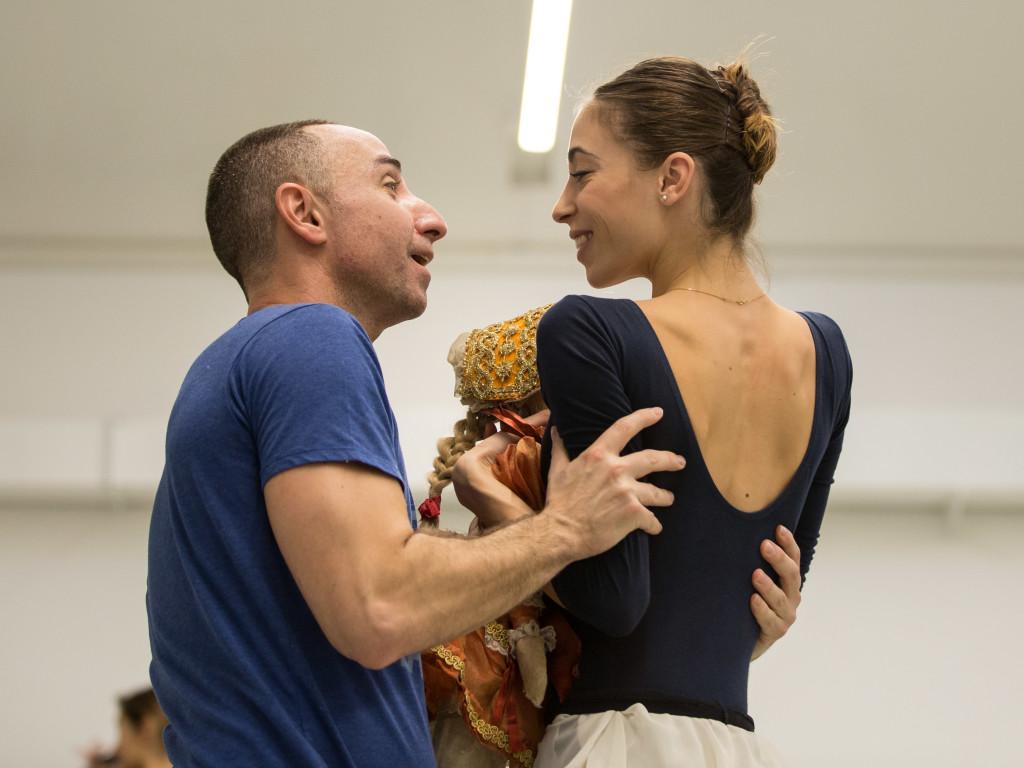 Il coreografo e regista Giuliano Peparini in prova con Rebecca Bianchi