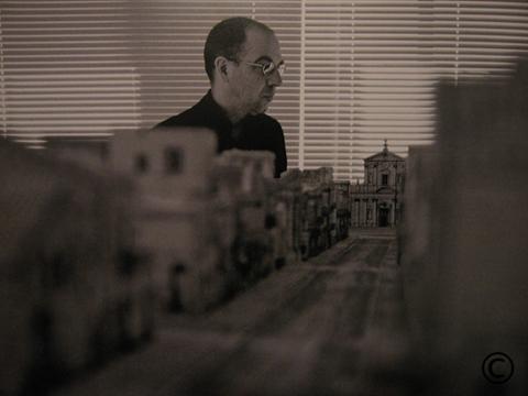 Il regista Giuseppe Tornatore osserva il plastico delle scenografie per il film Baarìa