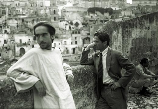 Pier Paolo Pasolini a Matera durante le riprese de Il Vangelo Secondo Matteo. Sullo sfondo i Sassi.