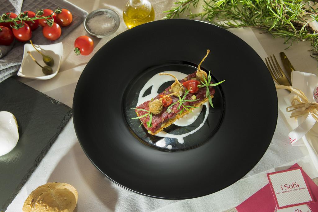 Tartare di manzo con bronuise di zucchine, pomodori confit, capperi fritti su crostone di pan brioche e salsa di burrata