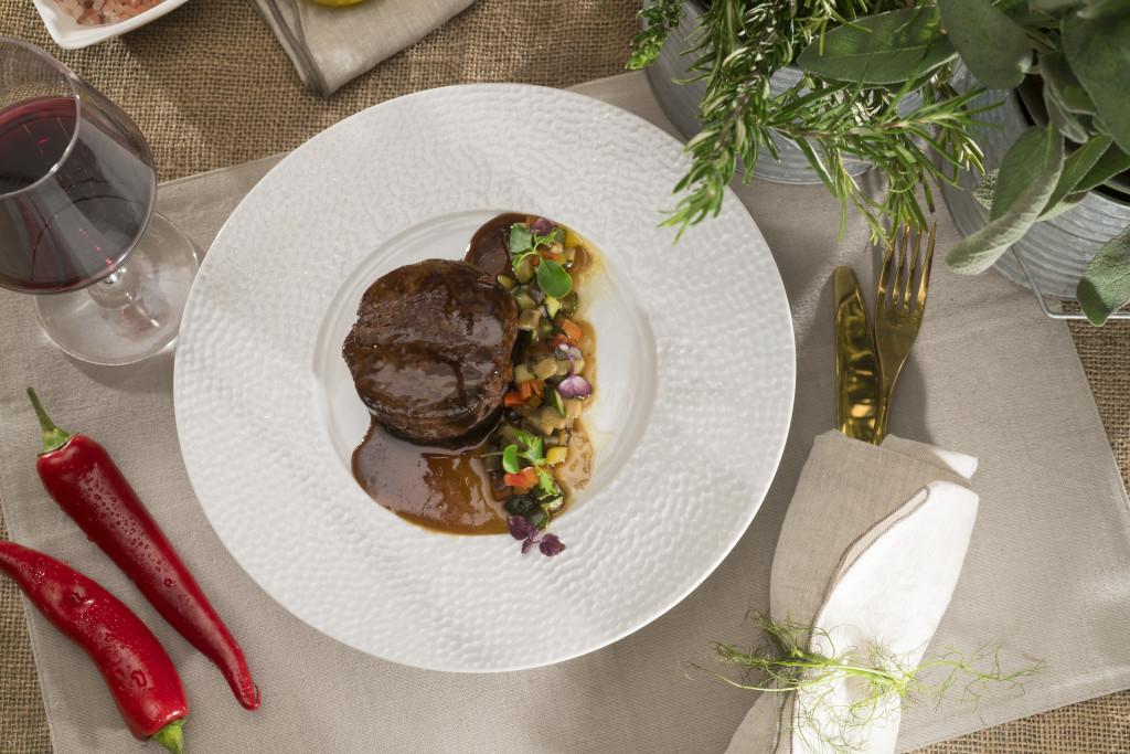 Filetto di manzo con demi-glace di rosmarino e brunoise di verdure estive