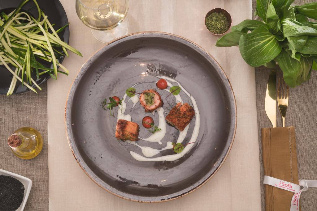 Roll di salmone al fumo dal cuore di zucchine, panure di pomodoro e mix di erbe accompagnato da salsa allo yogurt