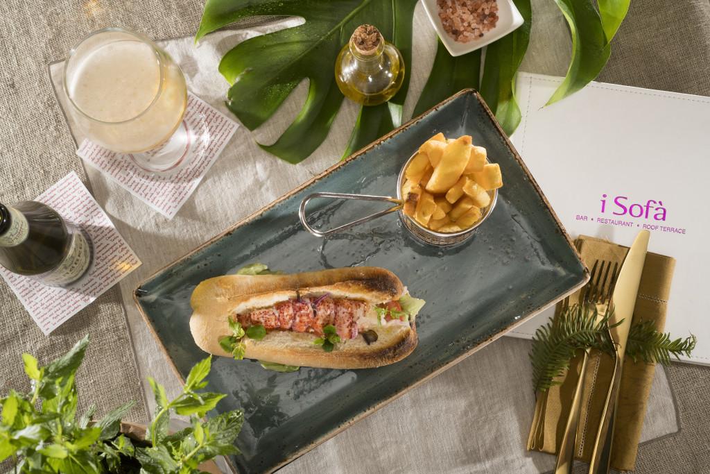 """Clubhouse Sandwich di mare con pane """"ciabatta"""", astice al vapore sale & pepe, insalata iceberg, pomodori e maionese al wasabi"""