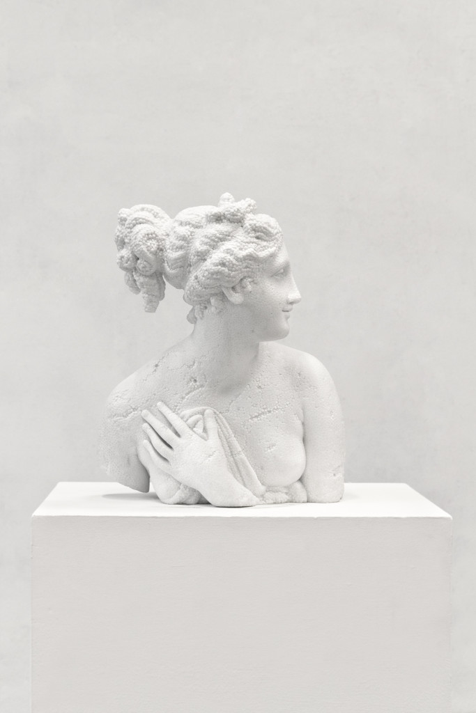 Fabio Viale, Venere Italica, 2017, marmo bianco, cm 53 x 41 x 45, courtesy Fortino, Forte dei Marmi