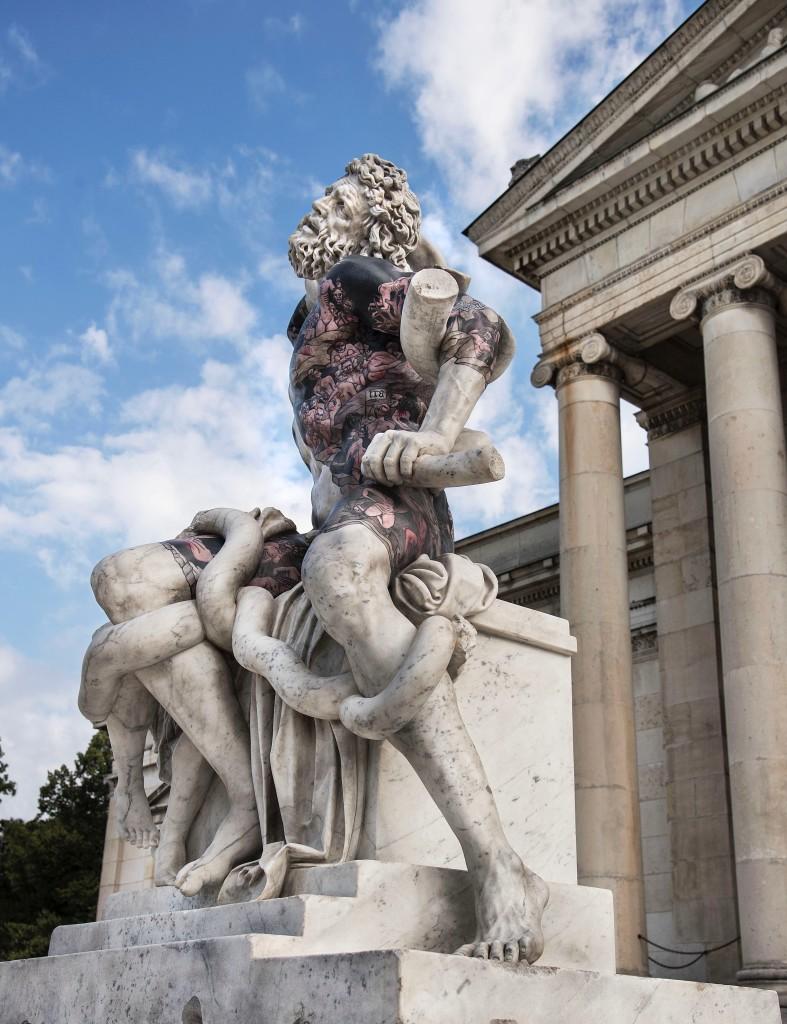Fabio Viale, Laocoonte, 2018, marmo bianco e pigmenti, cm 198,5 x 134 x 87, Glyptothek Munich, courtesy Fabio Viale