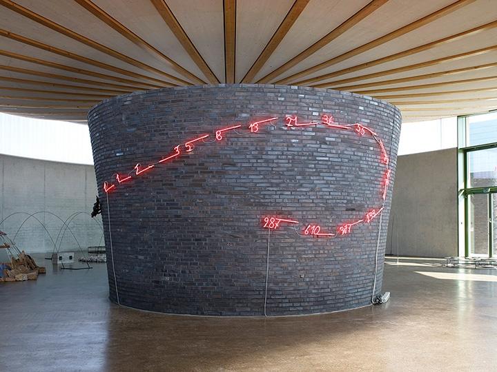 Mario Merz, Coccodrillo Fibonacci, 1989, photo Nic Tenwiggenhorn © VG Bild-Kunst, Bonn 2016, exhibition curated by Dieter Schwarz in The Skulpturenhalle in Neuss